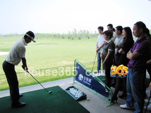 专业高尔夫球教练正在指导|house365 徐象明摄