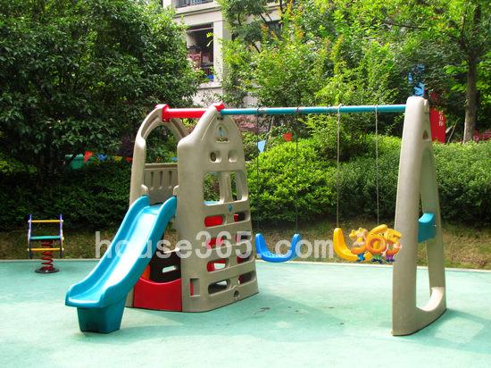 篮球场等公共活动设施分布其中;而儿童游乐