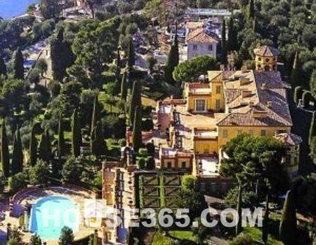 别墅花园内种植有数百棵橄榄树,柏树,橙树及柠檬树,而俯瞰地中海无敌