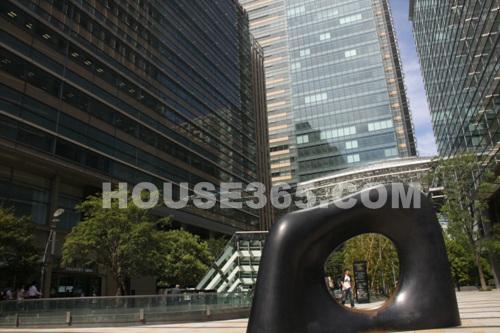 在六本木,一共有19个大型雕塑,小雕塑作品则超过100个.