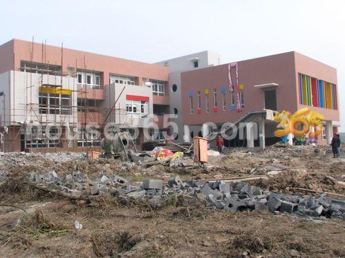 碧桂园的幼儿园外立面初成中学在建