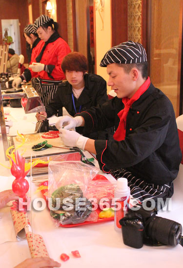 九龙仓时代上院特别为客户们推出了写春联,剪窗花,diy巧克力等年味