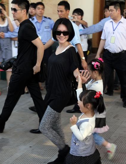 3.小S夫妇带着两个女儿抵达三亚。
