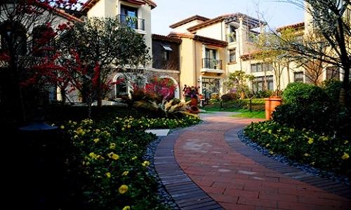 草坪,花卉,灌木,亚乔木,乔木五重立体景观,营造出一种丰富的韵律感.