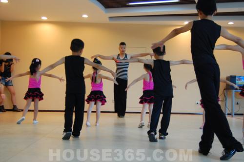 活动具体课程包括基础瑜伽,形体舒展塑形,肚皮舞,爵士舞,少儿拉丁舞图片