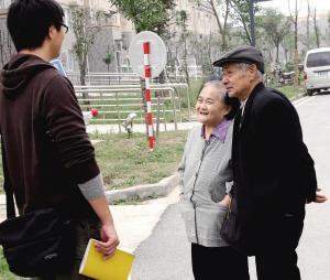 方江柏和他老伴向记者打听岱山保障房的情况