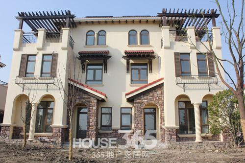 别墅以西班牙宫殿为蓝本,通过异域风筒瓦,精致铁艺栏杆,经典罗马柱