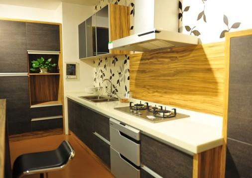 """烤漆型 烤漆板基材为密度板,表面经过六次喷烤进口漆(三底、二面、一光)高温烤制而成。目前用于橱柜的""""烤漆""""仅说明了一种工艺,即喷漆后经过进烘房加温干燥的油漆处理基材门板。烤漆板的特点是色泽鲜艳易于造型,具有很强的视觉冲击力,非常美观时尚且防水性能极佳,抗污能力强,易清理。缺点是工艺水平要求高,废品率高,所以价格居高不下;使用时也要精心呵护,怕磕碰和划痕,一旦出现损坏就很难修补,要整体更换;油烟较多的厨房中易出现色差。 防火板型 它的颜色比较鲜艳,封边形式多样,具有耐磨、耐高温、耐剐"""