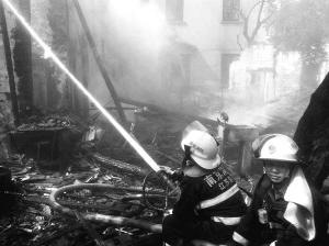 消防员灭火的简笔画