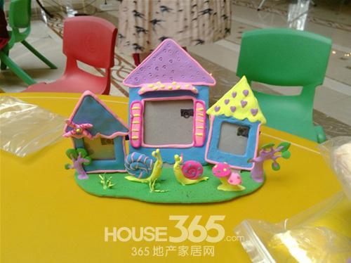 孩子们还通过自己的创意在雏形上点缀小蜗牛,蘑菇,大树等装饰物,让