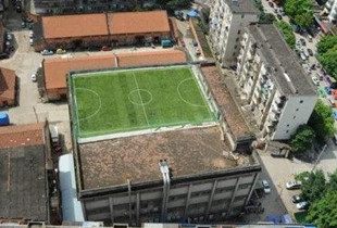 20米高楼顶建空中足球场 这是拿绳命在踢球(图)