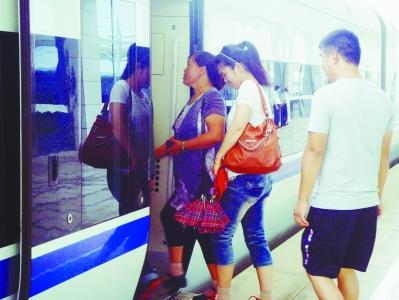 郭庄/乘客在句容西站乘坐高铁