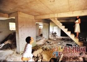 """昨日,北部新区金渝大道,爱加西西里小区9栋一楼住户正在修""""地下室"""",住在10栋的杨先生对此意见很大"""