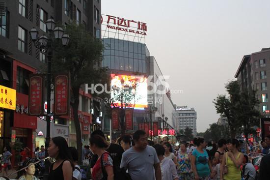 场商业步行街内人头攒动-小摊贩 占领 万达商业内街 城市综合体运营图片
