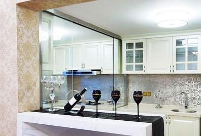 新闻详情  家居酒柜装修效果图:白色的小酒柜装修效果图和银色马赛克
