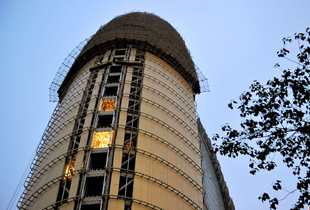 """人民日报新大楼披上""""土豪金""""外衣 将于2014年5月竣工"""