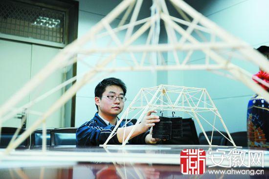 """合工大学生设计46克""""积木大桥""""承重20公斤"""