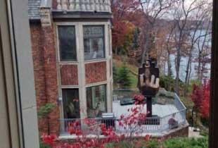 美男子报复前妻 买下一栋房建不雅手势铜像对前妻家门