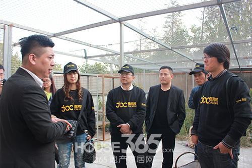 苏州小动物保护志愿者协会陆先生现场给业主代表们