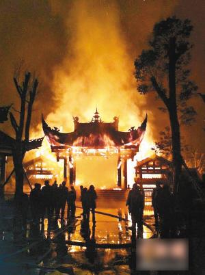庆黔江濯水古镇风雨廊桥被烧毁