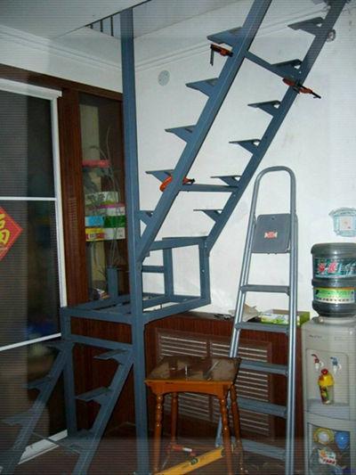 阁楼伸缩楼梯装修效果图 节省空间的小创意