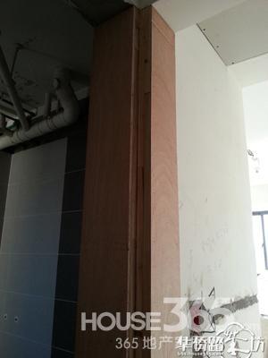 次卧和卫生间木工板垫出来的门垛
