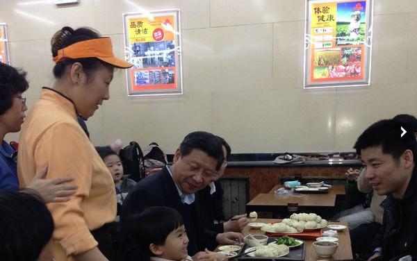 """2013年12月28日中午,袁君亮与家人去北京市西城区的庆丰包子铺月坛店吃午饭。他们走到包子铺门口时,一辆银白色的车在店门口停下,车上走下来几个人。 袁君亮说,他当时并没有在意,倒是身旁的儿子袁飞一眼认出了人群中的习近平。他看到,习近平径直走进了庆丰包子铺。 """"当时排队的人很多,习近平进来,排在了队尾。""""袁君亮说,排在队伍前面的市民发现了习近平,礼貌地示意他先买,但被习近平谢绝。 他说,习近平点餐时,要了一份猪肉大葱馅包子、一份芥菜和一碗炒肝,拿出25元钱递给服务员,接过找回的4元"""