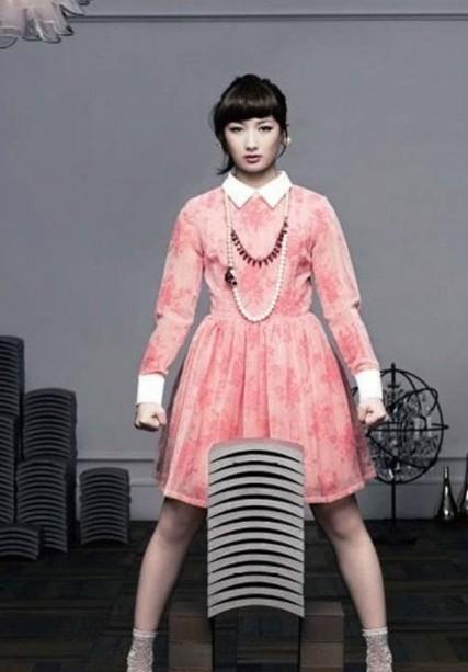 日本空手道美女以头碎瓦15块