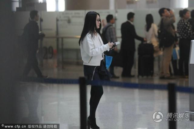 组图:杨钰莹素颜现身机场 短裙配黑丝打扮年轻依旧