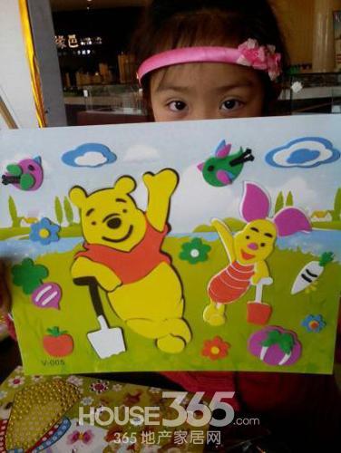 小朋友们偎依着爸爸妈妈绘制可爱的风筝