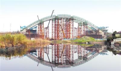 中环金鸡河辅道桥加紧钢结构吊装